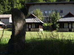 Joubert - Le menhir et chalets