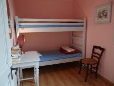 2 lits superposés dans la chambre du bas
