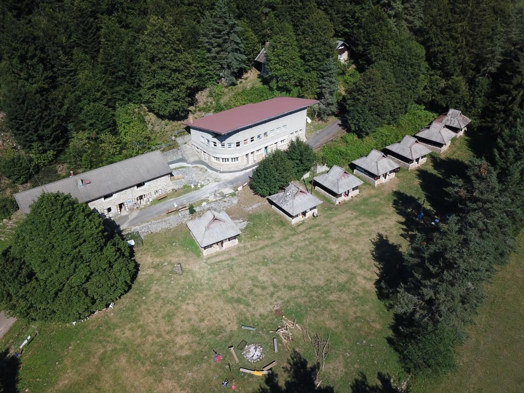 """le premier pré du """"camp Joubert"""" vu du ciel. Entre Lignon et forêt."""